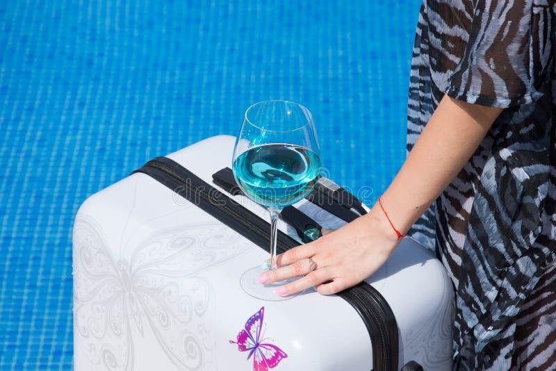 Fille par la piscine Sans identification modèle images libres de droits