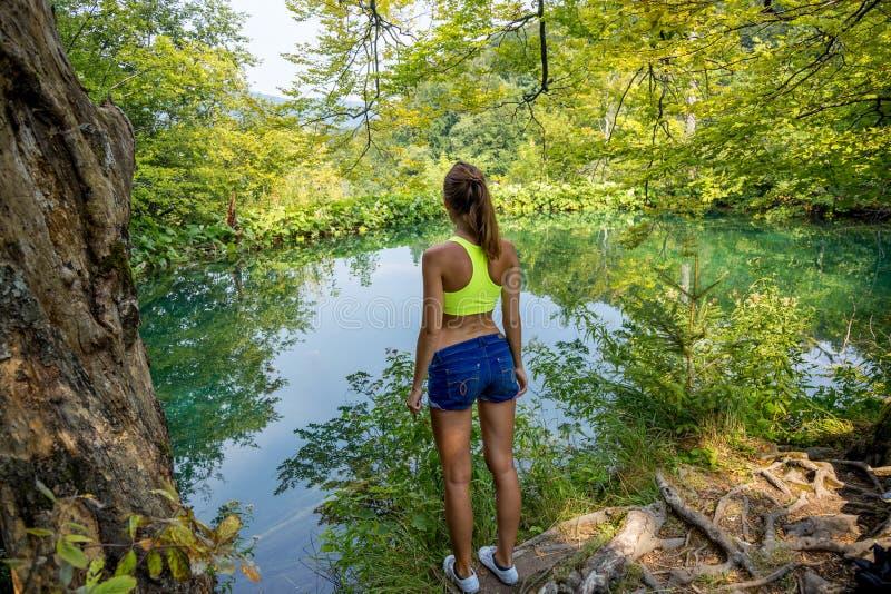 Fille par le lac de forêt photos stock