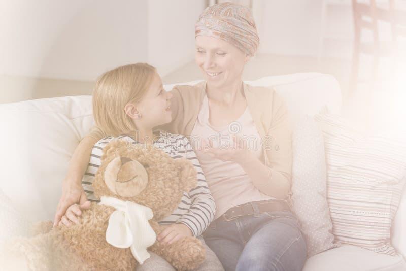 Fille parlant avec la mère malade image stock