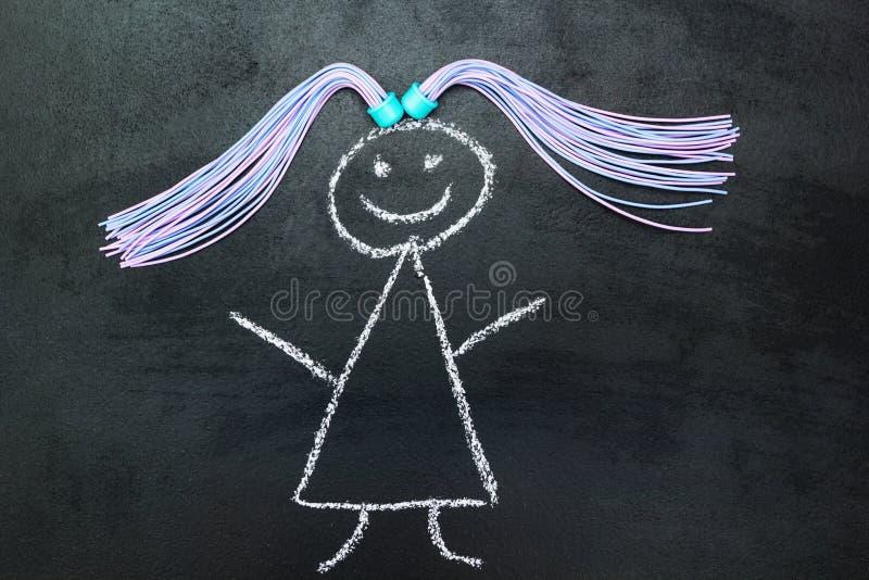 Fille peinte avec des tresses sur un tableau noir illustration de vecteur