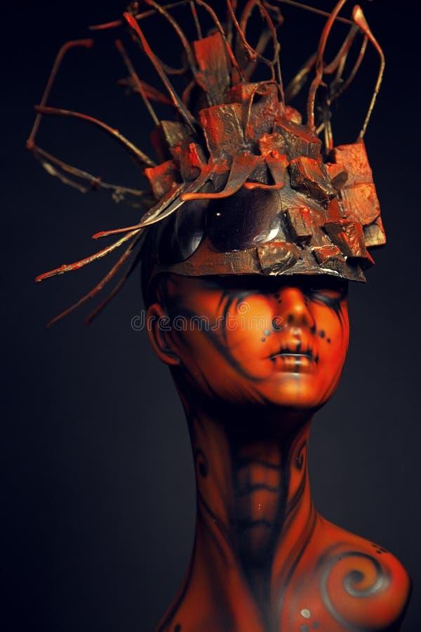Fille peinte de mannequin avec le headwear en métal images libres de droits
