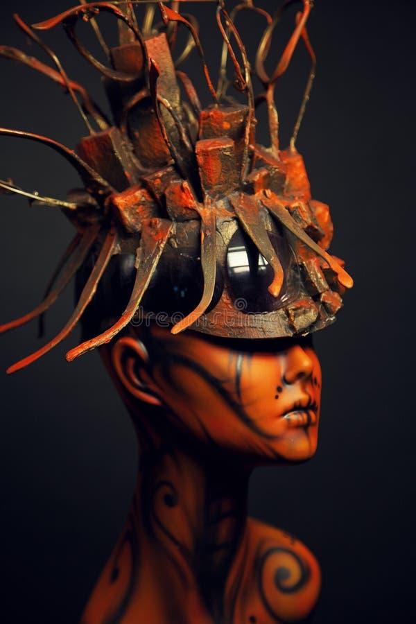 Fille peinte de mannequin avec le headwear en métal photos stock