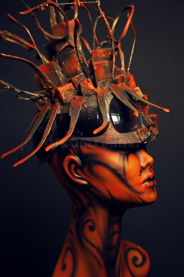 Fille peinte de mannequin avec le headwear en métal image libre de droits