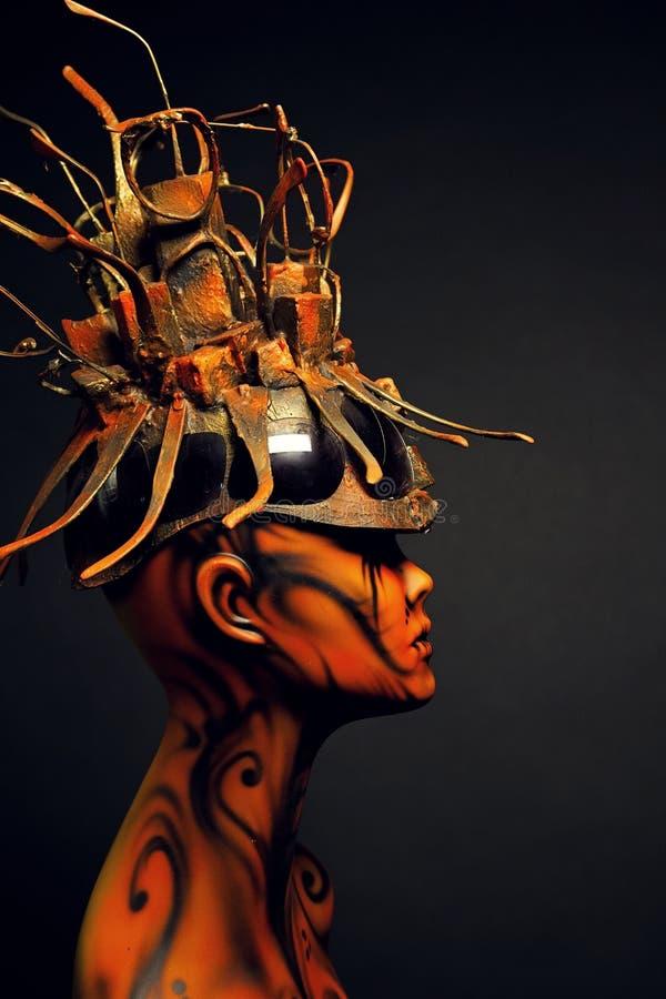 Fille peinte de mannequin avec le headwear en métal photographie stock
