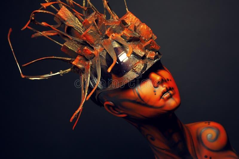 Fille peinte de mannequin avec le headwear en métal images stock