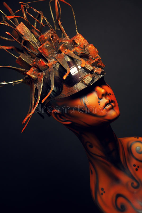Fille peinte de mannequin avec le headwear en métal photographie stock libre de droits