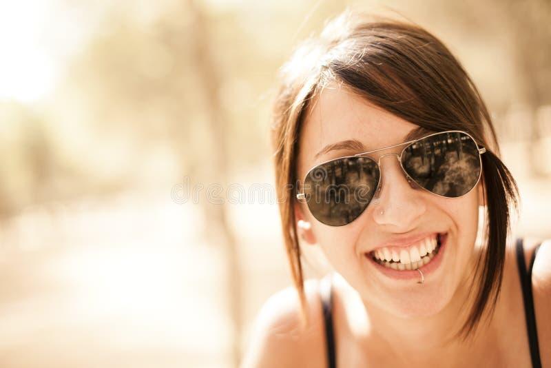 Fille percée de sourire photographie stock