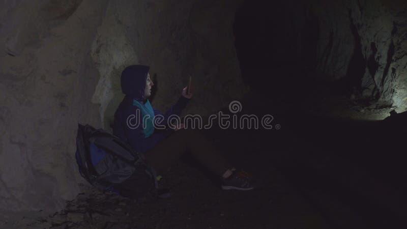 Fille perdue dans une panique avec le téléphone de la caverne photo libre de droits