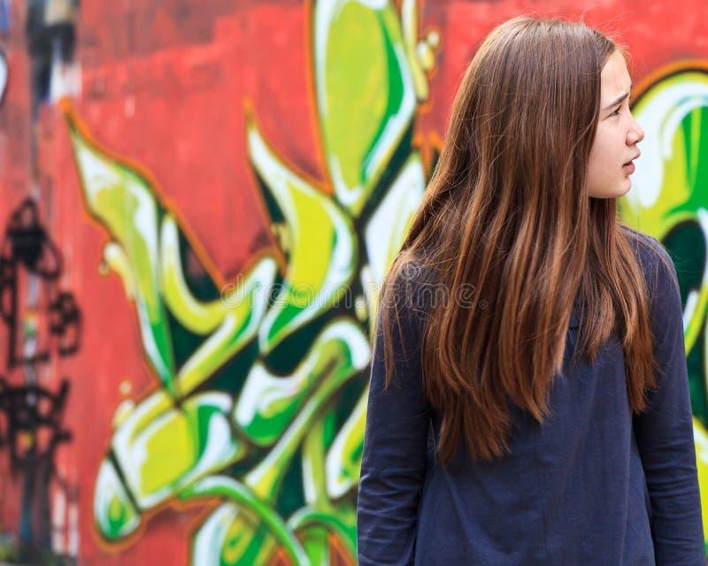 Fille perdue par un mur de graffiti photos libres de droits