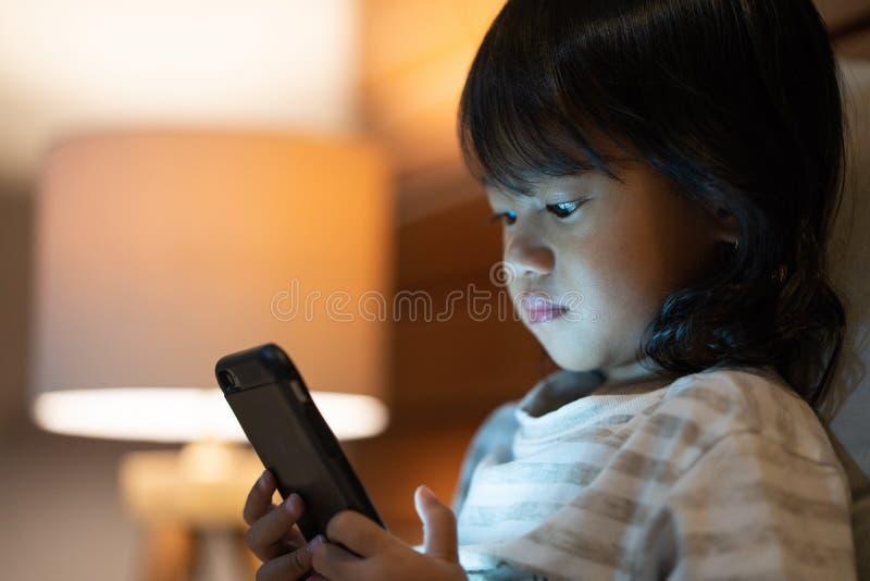 fille peu de téléphone portable photos libres de droits