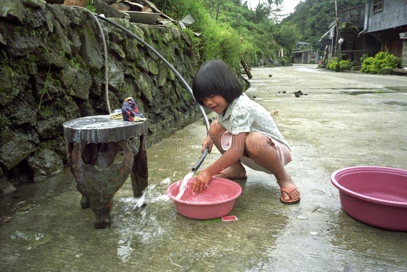 Fille philippine de portrait, jouant avec de l'eau photos stock