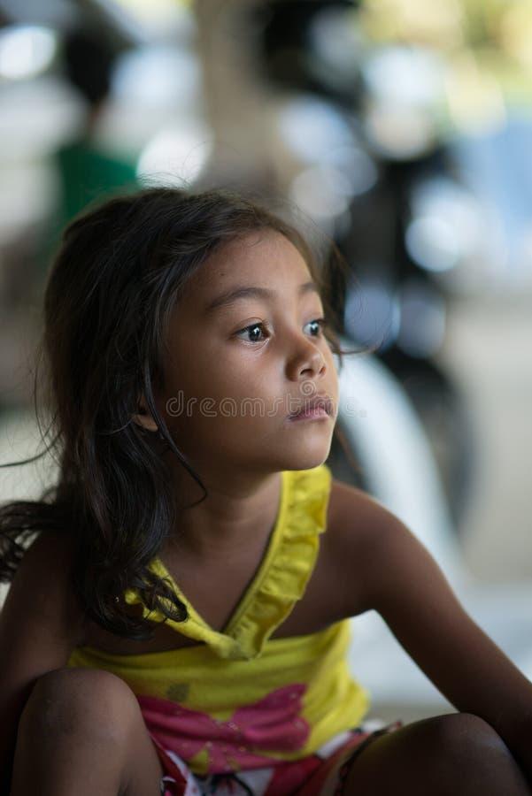 Fille philippine semblant droite, victime de tremblement de terre image stock