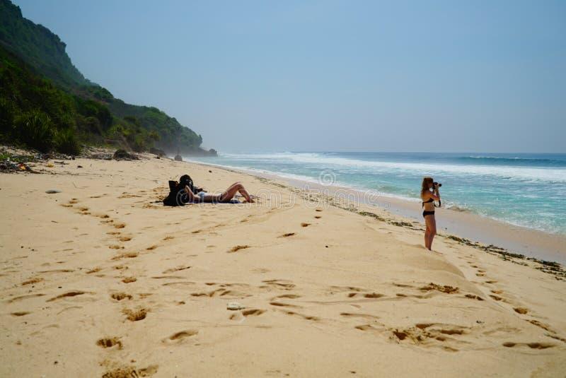 Fille photographiant sur la plage photographie stock