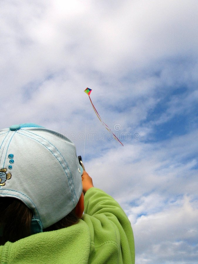 Fille pilotant un cerf-volant photographie stock libre de droits