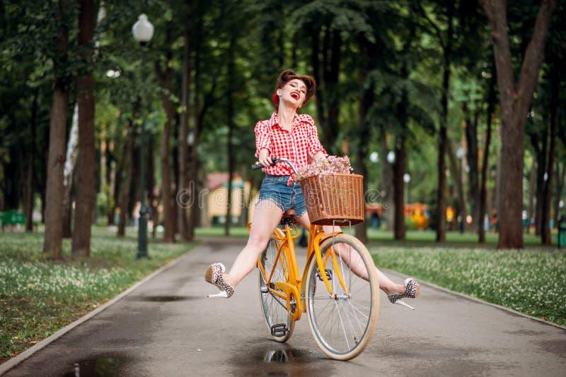 Fille Pin- sur la bicyclette, mode d'Américain de vintage images libres de droits