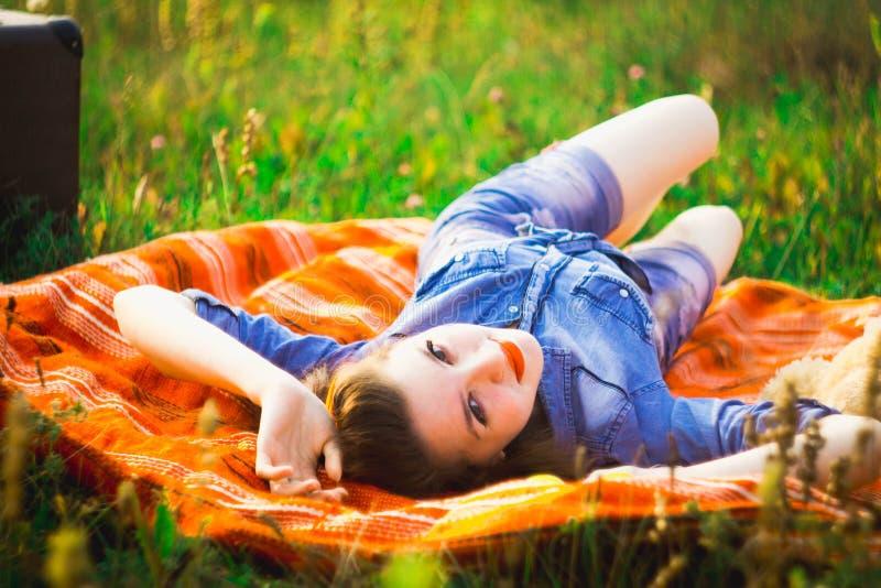 Fille Pin-un dans les bois photos stock