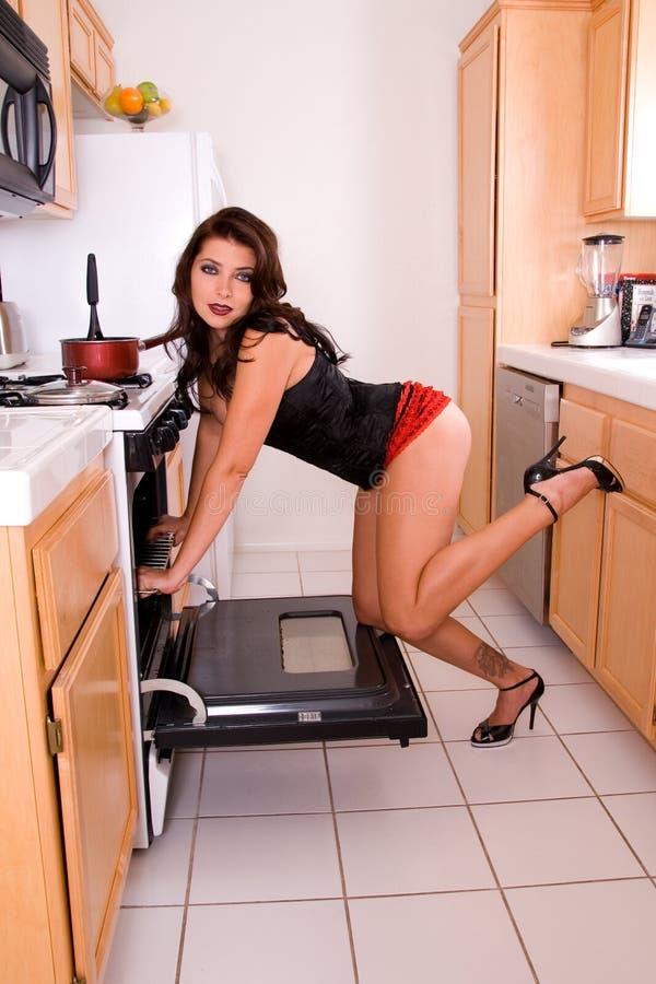 Fille Pin-vers le haut dans la cuisine. photographie stock