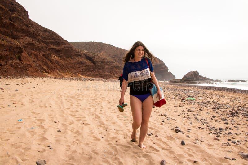 Fille, plage et mer dans le jour nuageux photos libres de droits