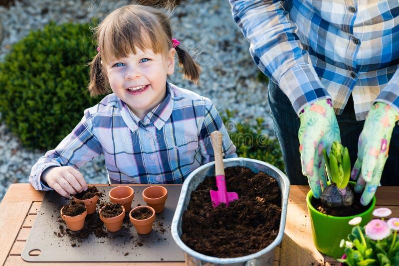 Fille plantant des ampoules de fleur images libres de droits