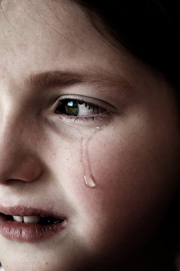 Fille pleurant avec des larmes sur la chute de joue de visage photos libres de droits