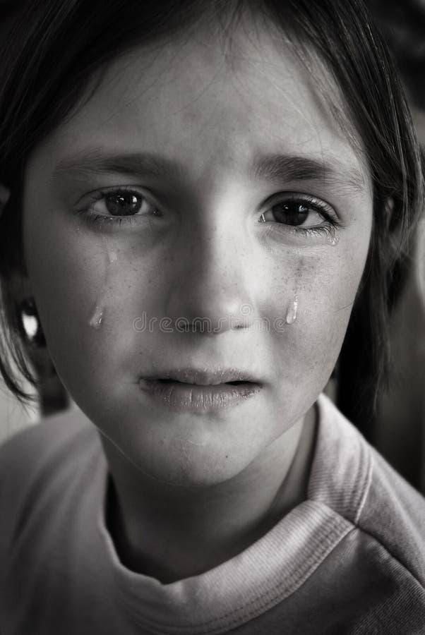 Fille pleurant avec des larmes sur la chute de joue de visage photos stock