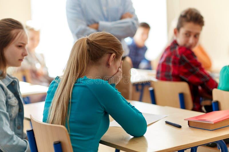 Fille pleurante d'étudiant avec le résultat d'essai et le professeur image libre de droits