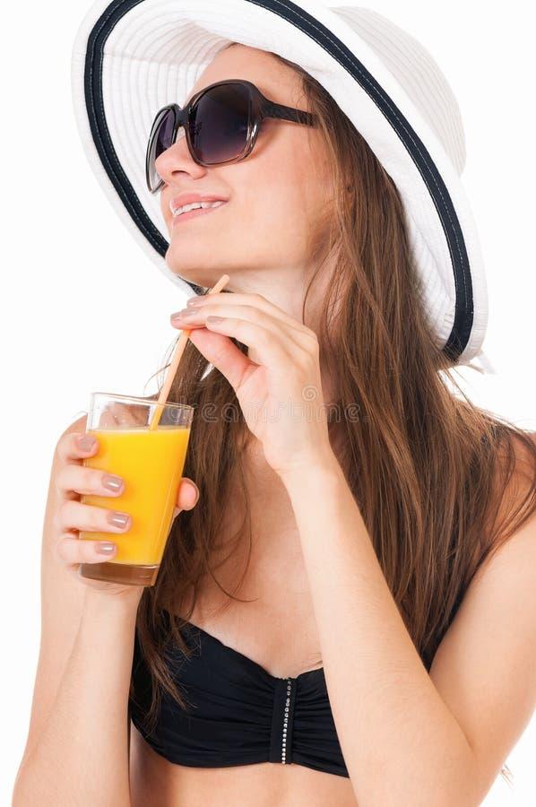 Fille posant dans le bikini avec le jus d'orange photos stock