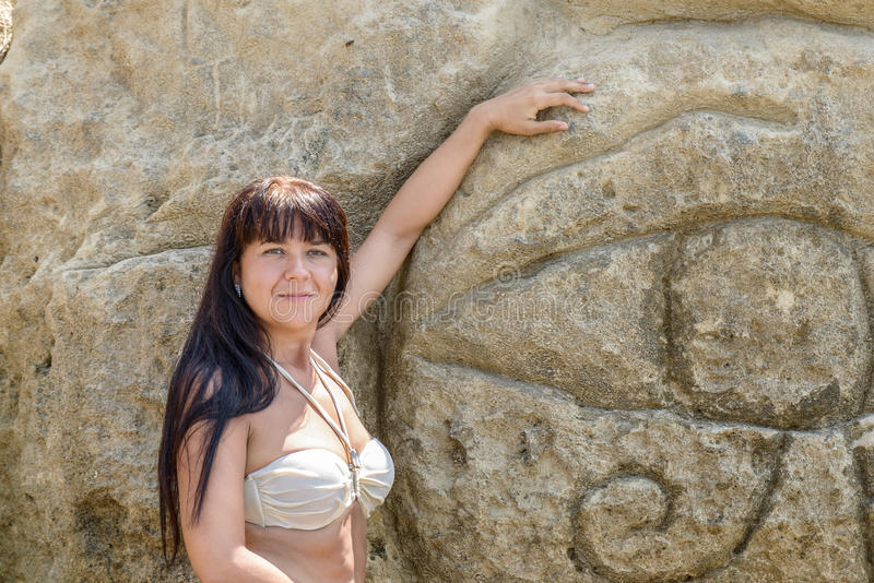 Fille posant près de la roche images libres de droits