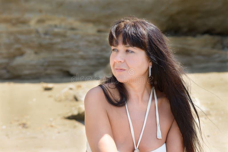 Fille posant sur la plage images libres de droits