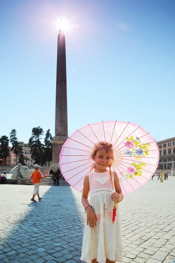 Fille près d'obélisque sur Piazza del Popolo à Rome photo stock