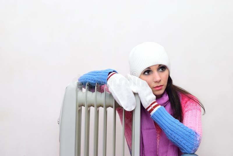 Fille près d'un radiateur passionné image libre de droits