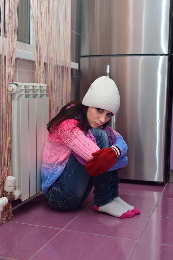 Fille près d'un radiateur passionné photo libre de droits