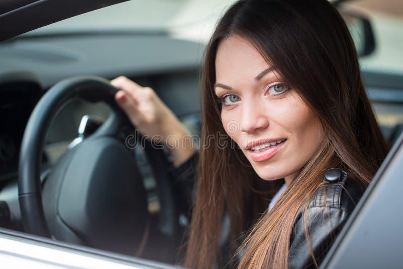 Fille près de la nouvelle voiture photographie stock libre de droits