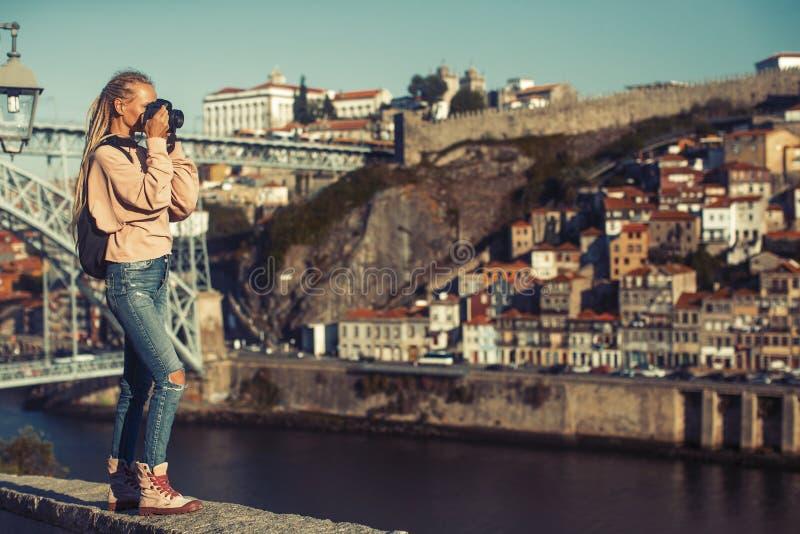 Fille prenant des photos de rivière de Douro, au centre de Porto photos stock