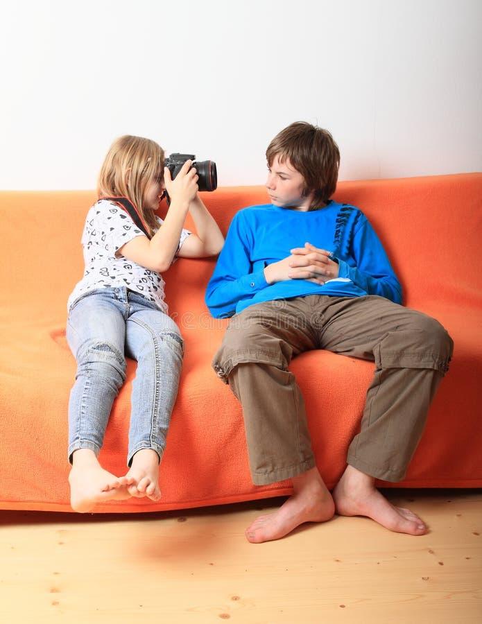 Fille prenant la photo du garçon photos stock