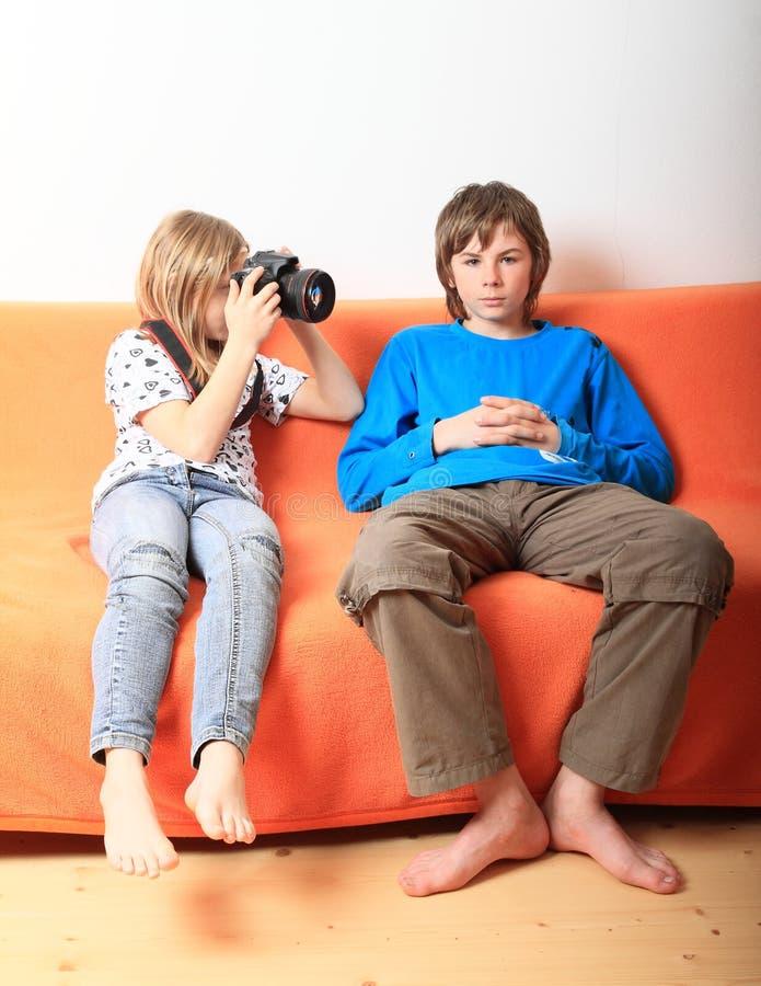 Fille prenant la photo du garçon photographie stock libre de droits