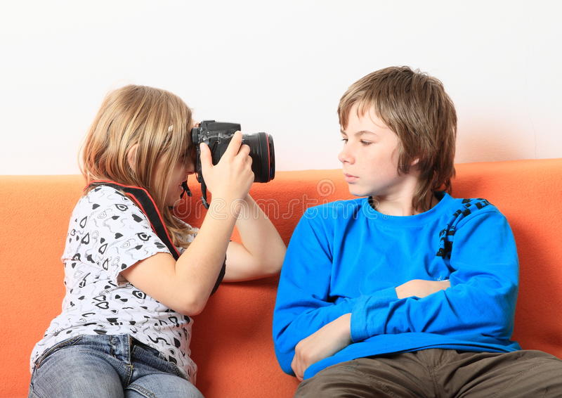 Fille prenant la photo du garçon photo libre de droits
