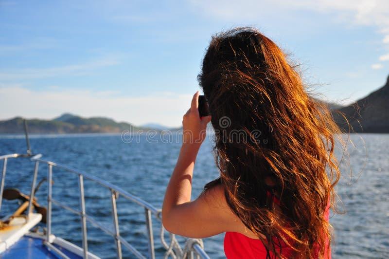 Fille prenant la photo en voyage de navigation images libres de droits