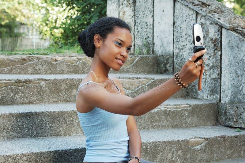 Fille prenant la photo sur le mobile image libre de droits