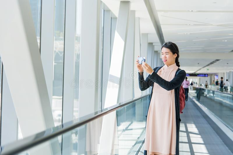 Fille prenant la photo tandis que sur le passage couvert mobile image libre de droits