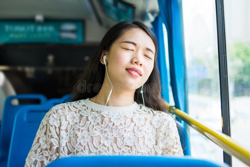 Fille prenant un petit somme sur l'autobus public photo stock