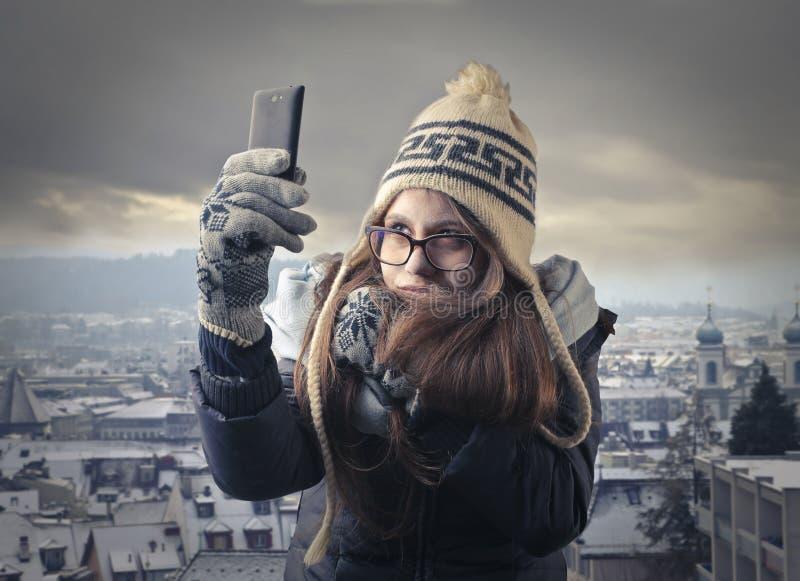 Fille prenant un selfie dans la ville photo libre de droits