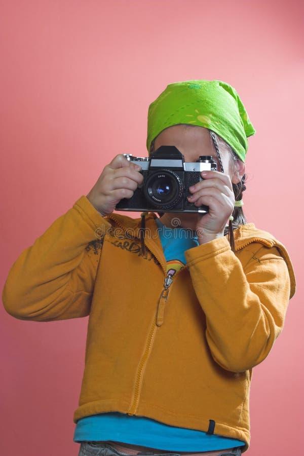 Fille prenant une photo photo libre de droits