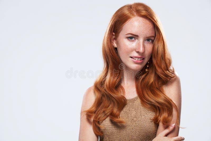 Fille principale rouge avec de longs et brillants cheveux onduleux Beau wom modèle images libres de droits