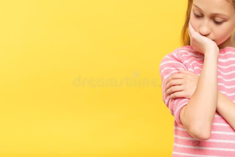 Fille réfléchie songeuse triste regardant en bas de l'émotion photo stock