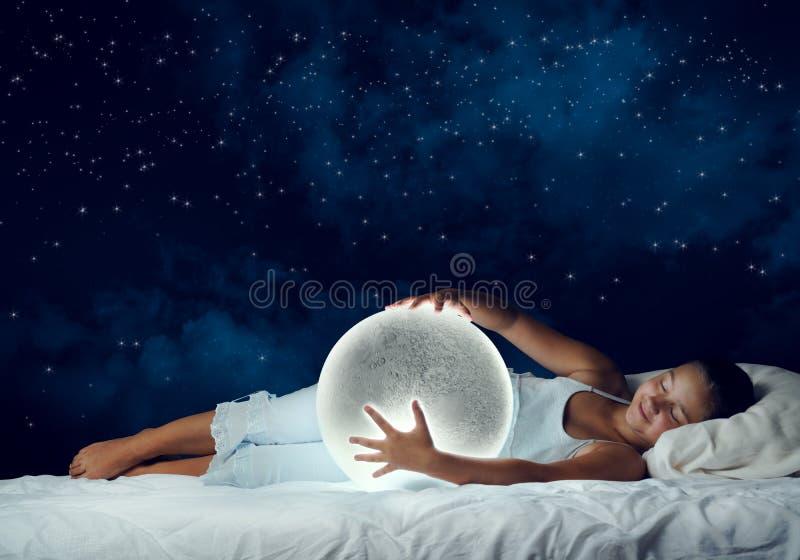 Fille rêvant avant sommeil images stock