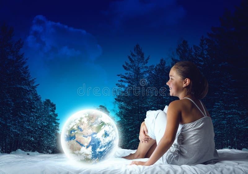 Fille rêvant avant sommeil images libres de droits