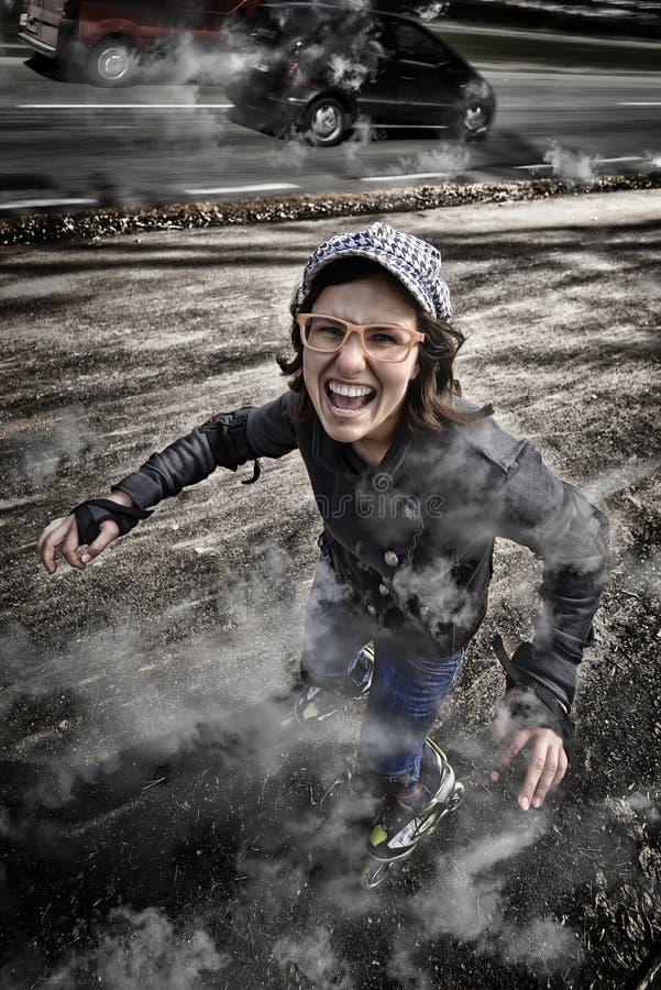 Fille rapide folle de rollerskating, fond élevé de route de manière photos stock