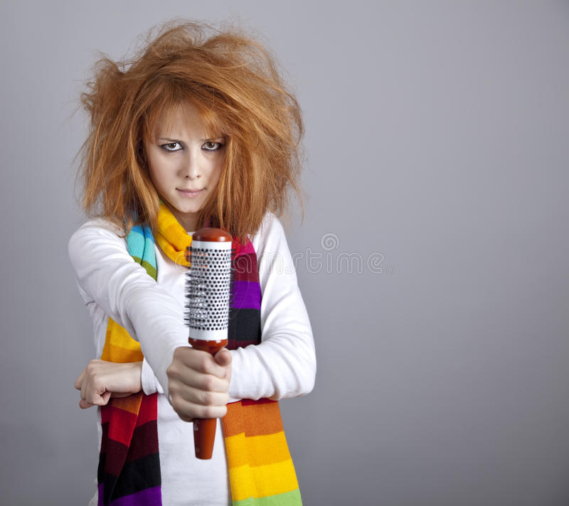 Fille red-haired triste avec le peigne. photographie stock