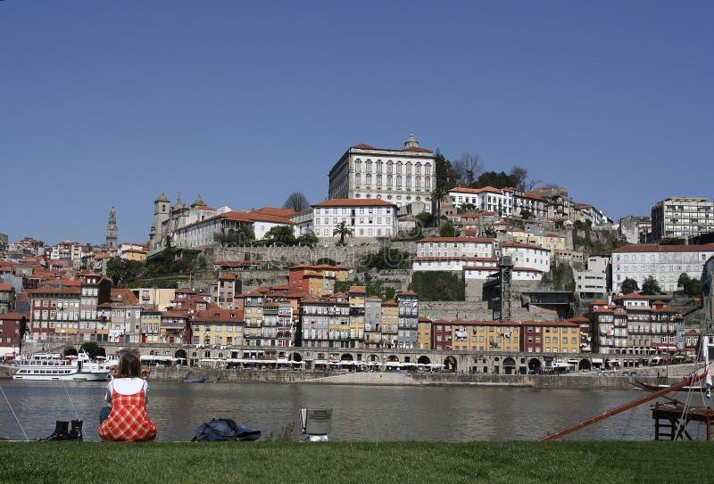 Fille regardant à Porto images libres de droits